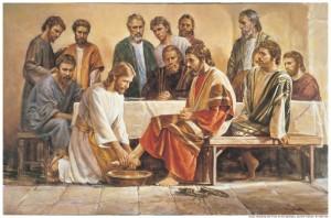 Jesús lavándole los pies a sus discípulos.